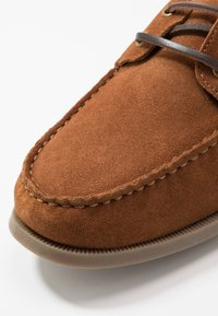 Pier One - Boat shoes - cognac - 5