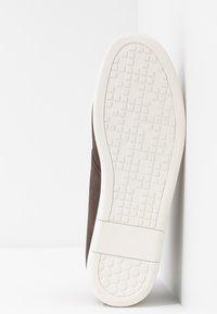 Pier One - Volnočasové šněrovací boty - dark brown - 4