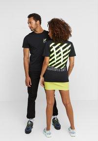 Pier One - UNISEX - T-shirt med print - black - 2