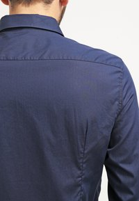 Pier One - CONTRAST BUTTON SLIMFIT - Shirt - dark blue/red - 4