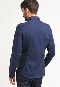 Pier One - CONTRAST BUTTON SLIMFIT - Shirt - dark blue/red - 2