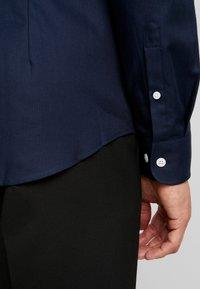 Pier One - Koszula biznesowa - dark blue - 5