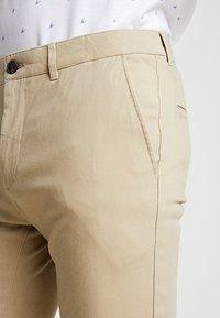 Pier One - Pantalones chinos - beige - 5