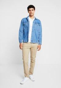 Pier One - Pantalones chinos - beige - 1