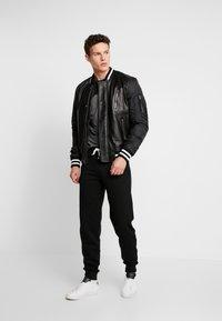 Pier One - Pantalones deportivos - black - 1