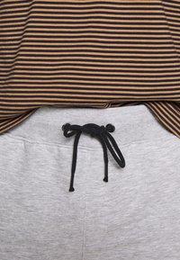 Pier One - Spodnie treningowe -  light grey /black - 2