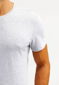 Pier One - Basic T-shirt - light grey melange - 5