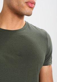 Pier One - Camiseta básica - khaki - 5