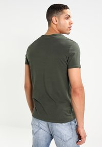 Pier One - Basic T-shirt - khaki - 2