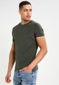 Pier One - Basic T-shirt - khaki - 0