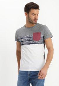 Pier One - Camiseta estampada - white - 0