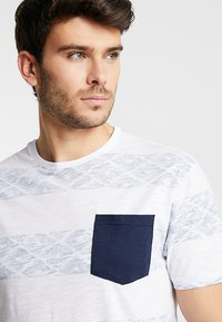 Pier One - Print T-shirt - white/blue - 3