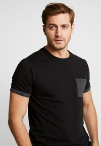 Pier One - T-shirt z nadrukiem - black - 3