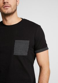 Pier One - T-shirt z nadrukiem - black - 5