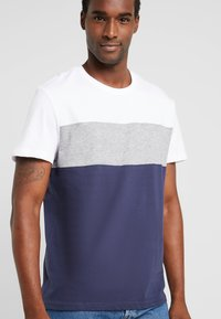 Pier One - T-shirt basique - white/dark blue