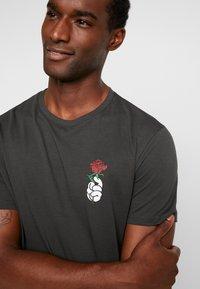 Pier One - T-shirt z nadrukiem - black - 5