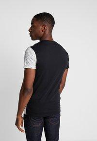 Pier One - T-shirt imprimé - black/offwhite - 2