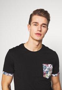 Pier One - T-shirt med print - black - 3