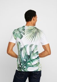 Pier One - TEE ALL OVER TREE - T-shirt med print - white - 2
