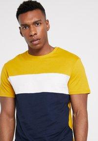 Pier One - T-shirt con stampa - dark blue/mustard - 4