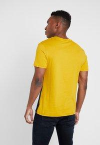 Pier One - T-shirt con stampa - dark blue/mustard - 2