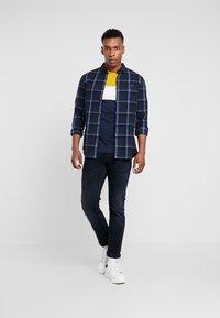 Pier One - T-shirt con stampa - dark blue/mustard - 1