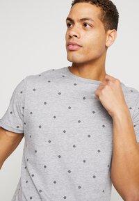 Pier One - T-shirts med print - mottled grey - 4