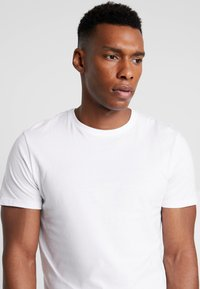 Pier One - 3 PACK - T-shirt basic - white - 4