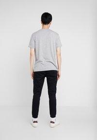 Pier One - 3 PACK - T-shirts basic - white/black/light grey - 2