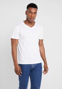Pier One - 5 PACK - Camiseta básica - white - 1