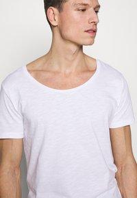 Pier One - Basic T-shirt - bright white - 5