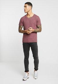 Pier One - T-shirt basic - mottled bordeaux - 1