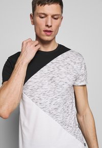 Pier One - T-shirt con stampa - black / offwhite - 5