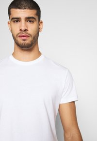 Pier One - LONGLINE - T-shirt imprimé - bright white - 3
