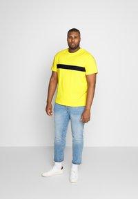Pier One - Basic T-shirt - yellow - 1