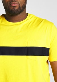 Pier One - Basic T-shirt - yellow - 4
