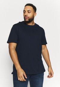 Pier One - 2 PACK - Basic T-shirt - dark blue/bordeaux - 3
