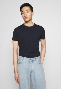 Pier One - 2 PACK - Basic T-shirt - white/dark blue - 3