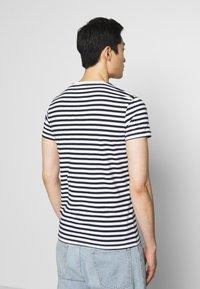 Pier One - 2 PACK - Basic T-shirt - white/dark blue - 2