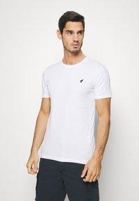 Pier One - 3 PACK - T-shirts print - white/dark blue/red - 4