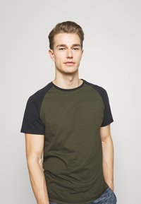 Pier One - T-shirt basique - olive - 3