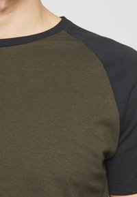 Pier One - T-shirt basique - olive - 6