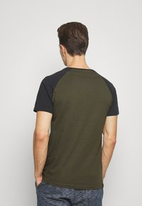 Pier One - T-shirt basique - olive - 2