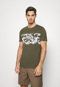 Pier One - T-shirt print - oliv - 0