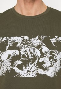 Pier One - T-shirt print - oliv - 4