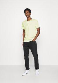 Pier One - T-shirt z nadrukiem - green - 1