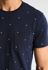 Pier One - T-shirt med print - navy - 4
