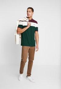 Pier One - Koszulka polo - bordeaux/dark green - 1