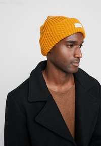 Pier One - Mütze - mustard/dark grey/black - 1
