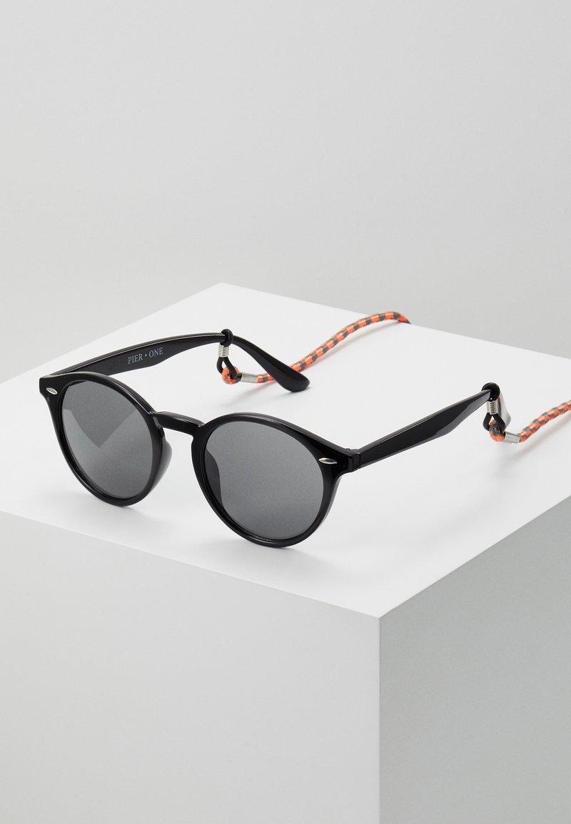 Pier One - Set mit Brillenkette - Sluneční brýle - black